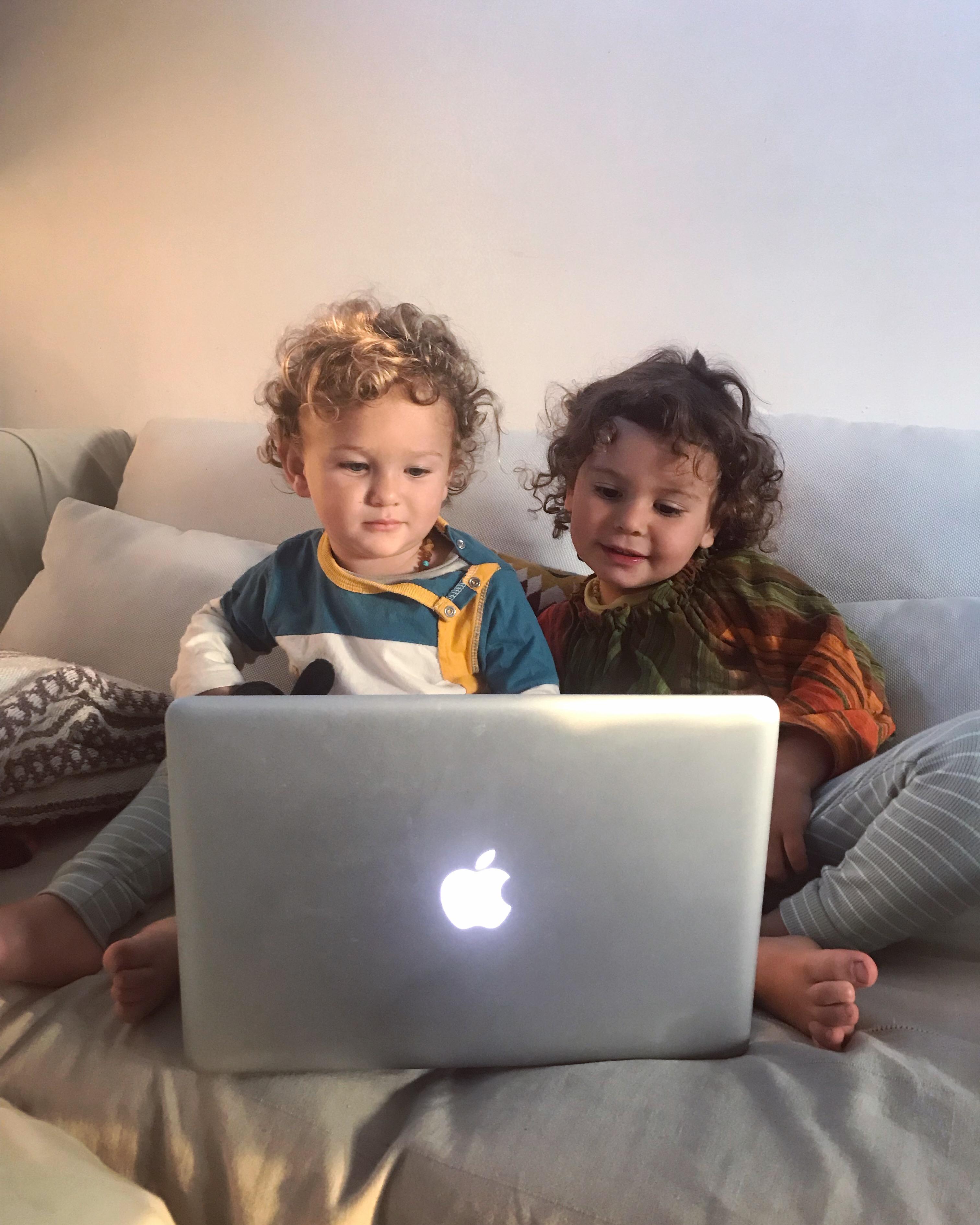 video, computer, televisione, mama rainbow, screentime, schermo, cartoni, bambini, vegan, famiglia, genitori, parenting, educazione,