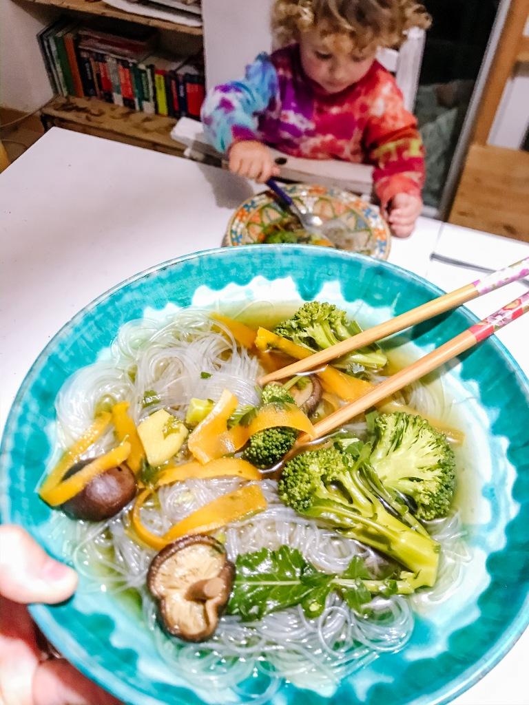 vietnam, asiatico, noodles, vegan, ricetta, famiglia, bambini, sano, veloce, pho, vegetale, gluten free, brodo, caldo,