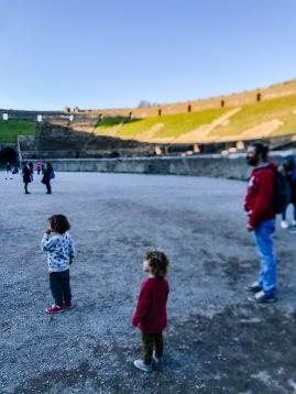 pompei, viaggiare, famiglia, bambini piccoli, tre bambini, auto, gita, vegan, wanderlust, mama rainbow, siti archeologici, inverno, facile, scoprire, esplorare, imparare, homeschooling, crescere