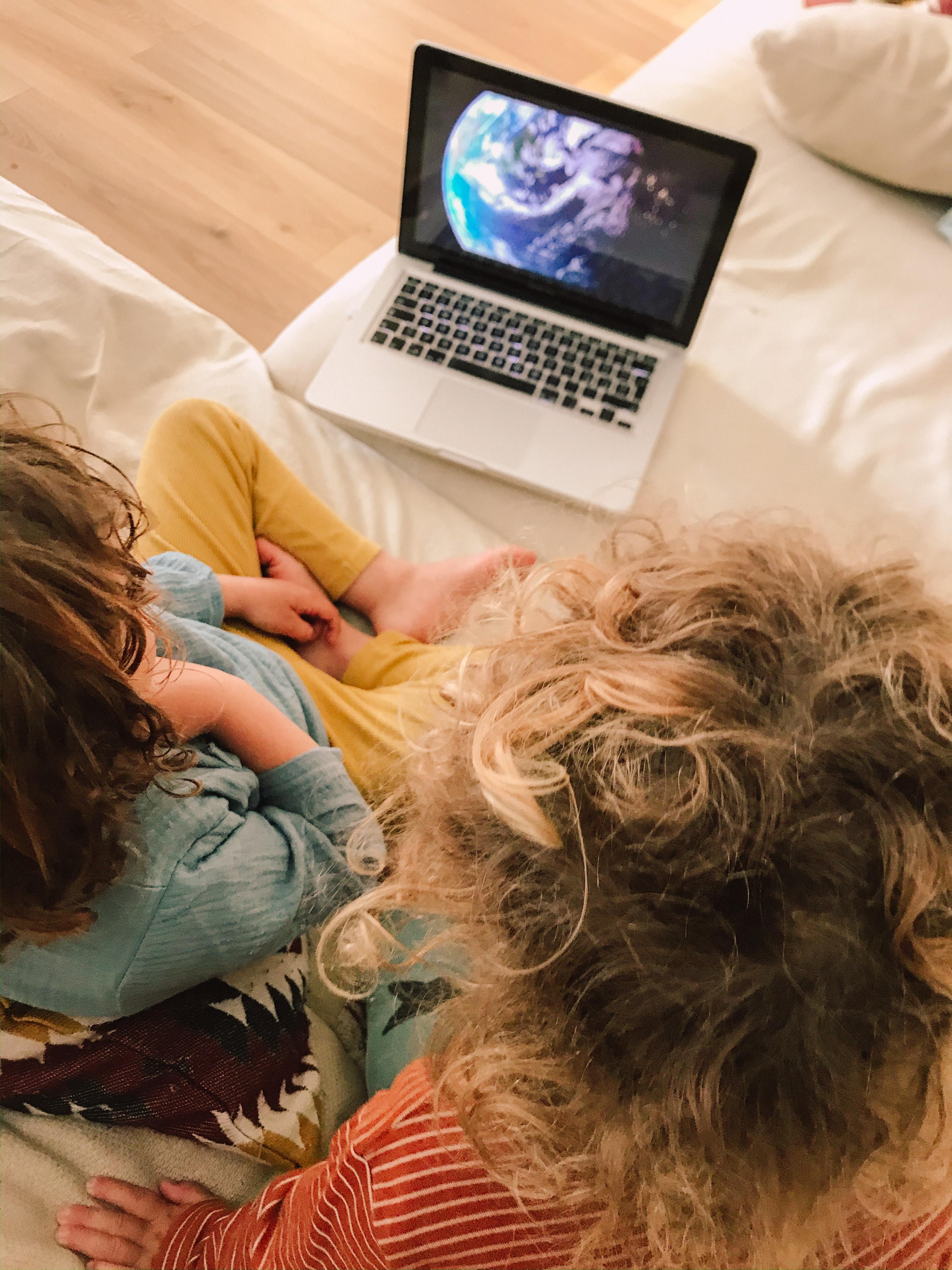 screen time, schermi, televisione, computer, cellulare, bambini, tecnologia, tempo, sano, salute, movimento, natura, scelte, genitori, figli, mama rainbow, cartoni animati, documentari, educazione, esempio