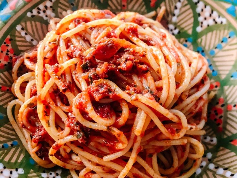 pasta, spaghetti, mezzanotte, pomodoro, erbe, ricetta, vegan, facile, veloce, sano, mama rainbow, famiglia, bambini, autosvezzamento, erbe aromatiche, glutenfree