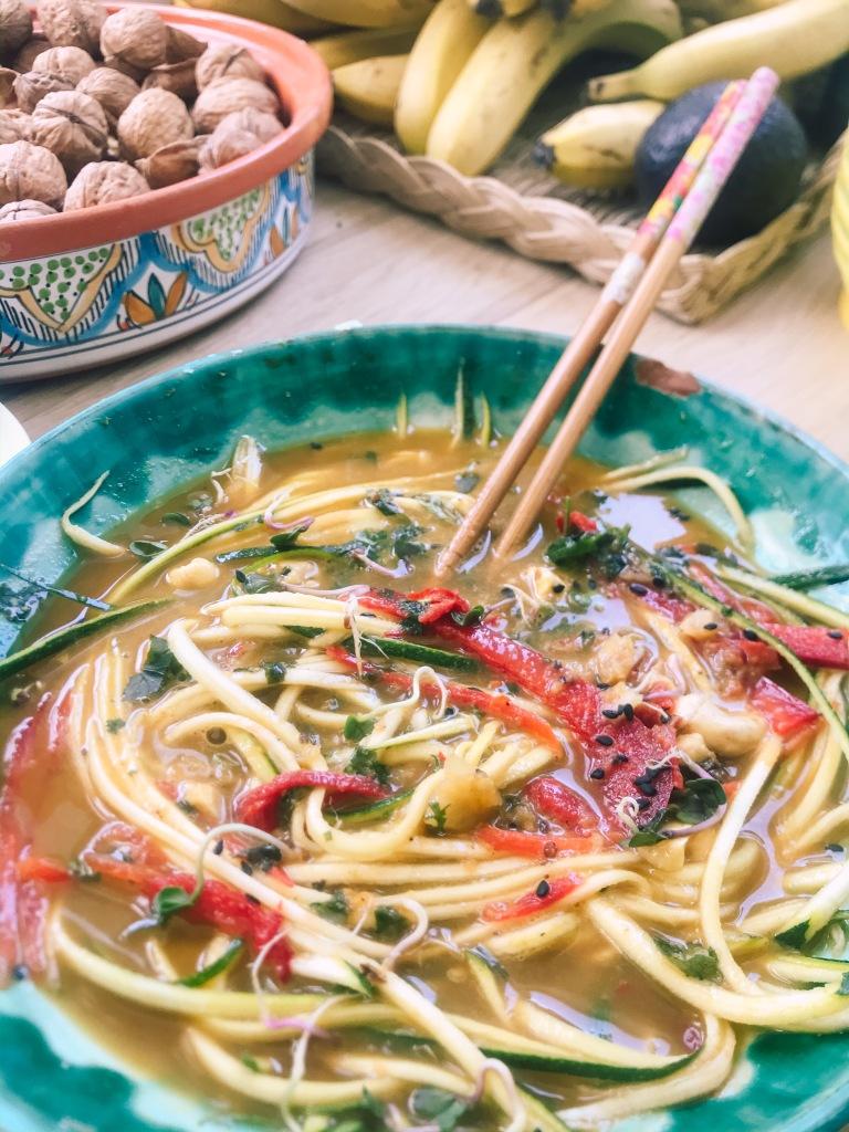 vietnam, asiatico, orientale, zuppa, raw, noodles, spaghetti, crudisti, ricetta, vegan, famiglia, mama rainbow, facile, cibo vero, glutenfree